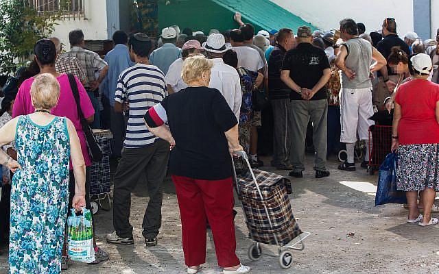 Des gens faisant la queue pour des colis alimentaires dans un centre de distribution pour les nécessiteux à Lud le 11 septembre 2012, avant la fête juive de Rosh Hashanah. Photo de Yonatan Sindel / Flash90
