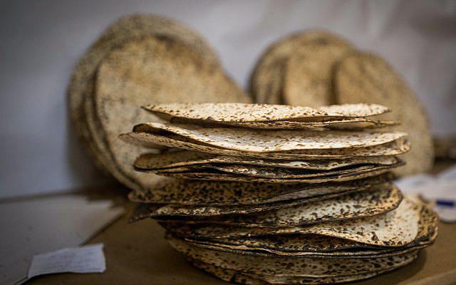 Matza, un pain azyme traditionnel mangé pendant les 8 jours de fête juive de la Pâque juive, à Jérusalem le 13 avril 2019. Photo par Yonatan Sindel / Flash90