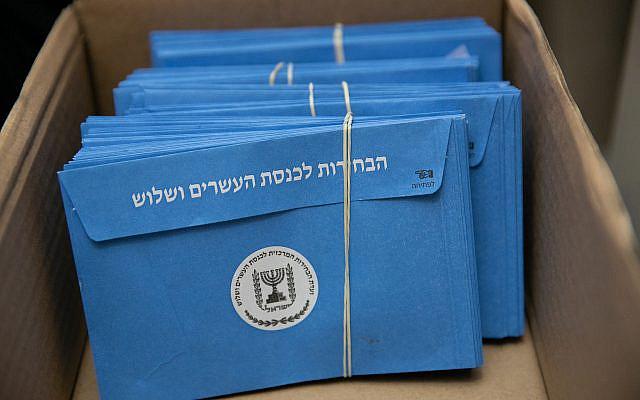 Les Israéliens comptent les bulletins de vote restants au Parlement israélien à Jérusalem, un jour après les élections générales, le 4 mars 2020. Photo Olivier Fitoussi / Flash90