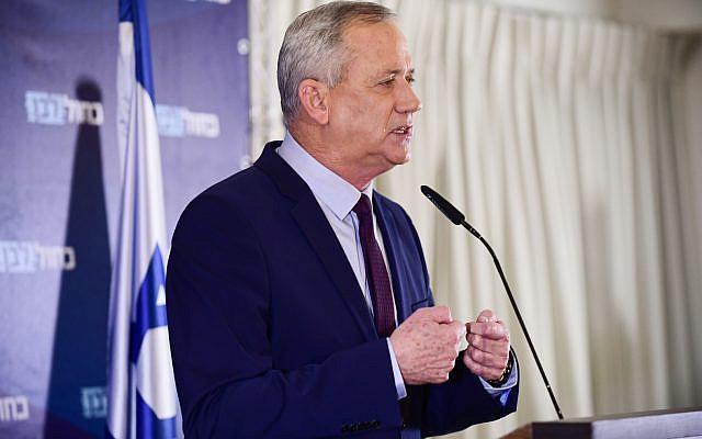 Le chef du parti bleu et blanc Benny Gantz tenant une conférence de presse à Kfar Maccabiah le 07 mars 2020. Photo de Tomer Neuberg / Flash90