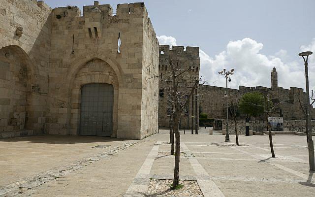 Vue générale de la place vide devant la porte fermée de Jaffa dans la vieille ville de Jérusalem le 28 mars 2020. Le gouvernement a ordonné un verrouillage partiel, afin d'empêcher la propagation du coronavirus. Photo d'Olivier Fitoussi / Flash90