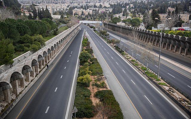 Une vue générale montrant la route Begin vide à Jérusalem le 28 mars 2020. Le gouvernement a ordonné un verrouillage partiel, afin d'empêcher la propagation du Coronavirus. Photo de Yonatan Sindel / Flash90