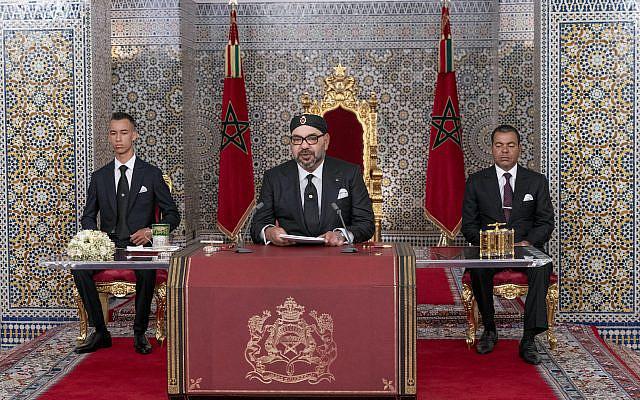 Sur cette photo fournie par l'Agence marocaine de presse (MAP), le roi du Maroc Mohammed VI, au centre, accompagné de son fils le prince héritier Moulay Hassan, à gauche, et son frère le prince Moulay Rashid s'adresse à la Nation dans un discours diffusé à la télévision, au Palais Royal à Tétouan, au Maroc, le lundi 29 juillet 2019. (Palais royal marocain via AP)