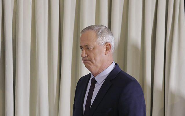 Le chef du parti bleu et blanc Benny Gantz arrivant pour faire une déclaration à Tel Aviv, Israël, samedi 7 mars 2020. (Photo AP / Sebastian Scheiner)