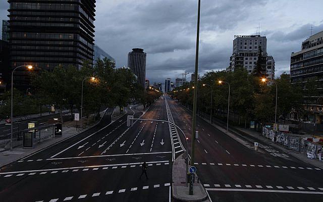 Une section presque vide du Paseo de la Castellana, l'une des principales avenues de Madrid au centre-ville de Madrid, Espagne, mercredi 15 avril 2020. (Photo AP / Manu Fernandez)