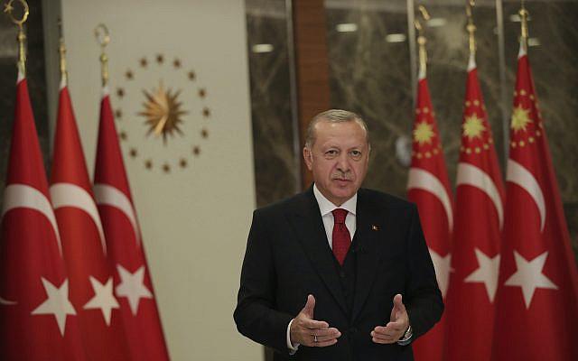 Le président turc Recep Tayyip Erdogan, se tenant lors d'un événement pour marquer la Journée nationale de la souveraineté et des enfants de la Turquie, à Istanbul, le jeudi 23 avril 2020 (Présidence turque via AP, Pool)
