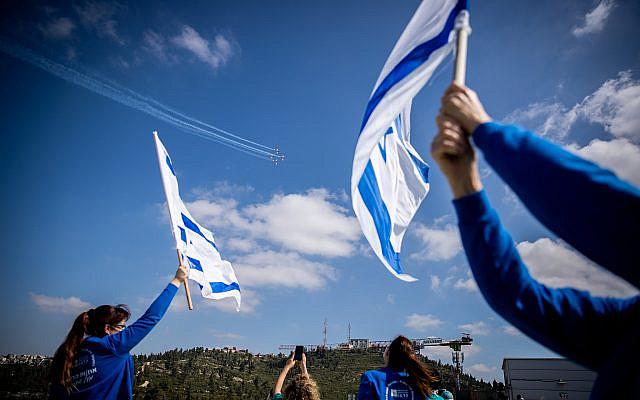 L'équipe médicale de Hadassah Ein Kerem applaudissant une équipe acrobatique de l'armée de l'air israélienne survole l'hôpital Hadassah Ein Kerem de Jérusalem le 72e jour de l'Indépendance, le 29 avril 2020. Cette année, l'armée de l'air survola tous les hôpitaux d'Israël afin d'honorer le personnel médical personnel pendant l'épidémie de coronavirus. Photo de Yonatan Sindel / Flash90