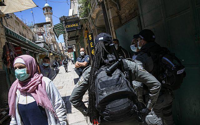 Des policiers israéliens patrouillant dans le quartier musulman de la vieille ville de Jérusalem pendant la prière du vendredi du mois sacré du Ramadan sous restrictions suite à la propagation du Coronavirus, le 01 mai 2020. Photo d'Olivier Fitoussi / Flash90