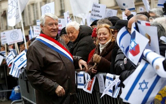 Le maire du 16e arrondissement Claude Goasguen saluant les manifestants lors d'un rassemblement à Paris lors de la conférence de paix de Paris au Moyen-Orient le 15 janvier 2017. Claude Goasguen est décédé le 28 mai 2020, à l'âge de 75 ans d'un arrêt cardiaque alors qu'il se remettait du coronavirus, a annoncé sa famille. (Photo par Pierre CONSTANT / AFP)