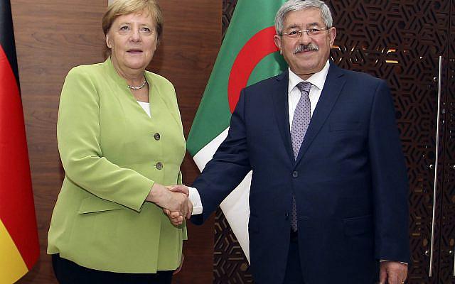 La chancelière allemande Angela Merkel serrant la main du Premier ministre algérien Ahmed Ouyahia avant les pourparlers à Alger, lundi 17 septembre 2018. Merkel s'est rendu en Algérie pour une journée afin de promouvoir les relations bilatérales et de discuter de la migration et de la situation en Libye voisine. (Photo AP / Anis Belghoul)