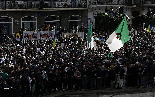 Des milliers d'Algériens sont descendus dans la rue pour commémorer le premier anniversaire des manifestations populaires à Alger, Algérie, vendredi 21 février 2020. (Photo AP / Toufik Doudou)