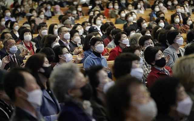Des chrétiens portant des masques assistent à un office à l'église Yoido Full Gospel à Séoul, Corée du Sud, dimanche 10 mai 2020. (AP Photo / Ahn Young-joon)