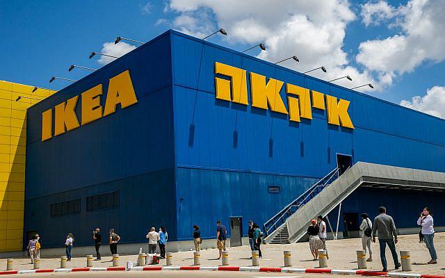 Les Israéliens attendent devant la succursale d'Ikea à Netanya, après que la société a ouvert certaines de ses succursales en Israël, le 26 avril 2020. Photo par Yossi Aloni / Flash90