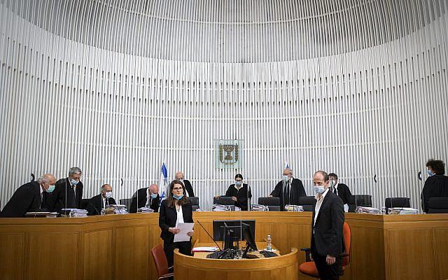 Le président Esther Hayut et les juges de la Cour suprême israélienne arrivant à une deuxième session sur les pétitions contre l'accord de coalition entre le parti Kahol Lavan de Gantz et le Likud de Netanyahu à la Cour suprême de Jérusalem le 3 mai 2020. Photo Oren Ben Hakoon / POOL