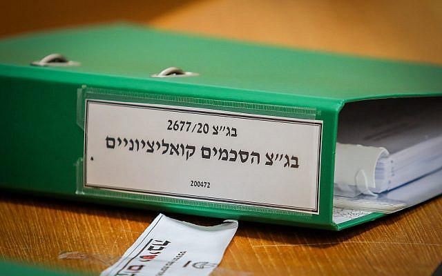 Des avocats des deux côtés se préparent en attendant que la présidente de la Cour suprême israélienne Esther Hayut et les juges de la Cour suprême entrent dans la salle pour une deuxième journée d'audience sur les pétitions contre l'accord de coalition entre le parti Kahol Lavan de Gantz et le Likud de Netanyahu à la Cour suprême en Jérusalem le 4 mai 2020. Photo d'Oren Ben Hakoon / POOL