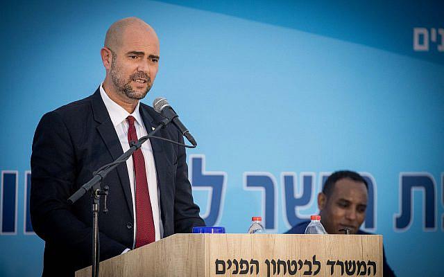 Le nouveau ministre de la Sécurité publique, Amir Ohana, assistant à une cérémonie de remplacement du ministre, tenue au ministère de la Sécurité publique à Jérusalem le 18 mai 2020. Photo de Yonatan Sindel / Flash90