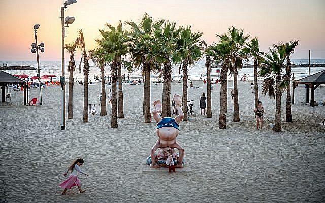 Statue de David Ben Gurion faisant le poirier près de sa maison sur la plage de Tel Aviv. (Miriam Alster/Flash90)