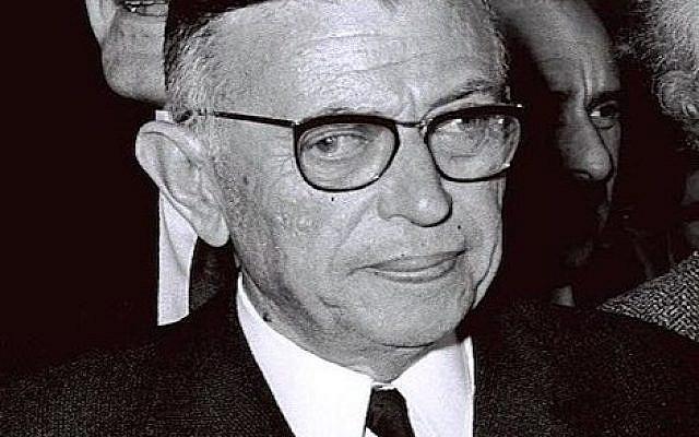 Le philosophe et écrivain français Jean Paul Sartre arrivant en Israël et accueillis par Avraham Shlonsky et Leah Goldberg à l'aéroport de Lod (14/03/1967).