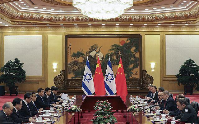 Le Premier ministre chinois Li Keqiang, quatrième à gauche, rencontre le Premier ministre israélien Benjamin Netanyahu, troisième à droite, dans la Grande Salle du Peuple à Pékin le lundi 20 mars 2017. (Lintao Zhang / Photo de la piscine via AP)
