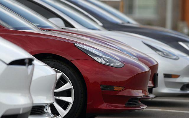 Mercredi 6 mai 2020, des berlines Model 3 invendues, chez un concessionnaire Tesla à Superior, au Colorado (AP Photo / David Zalubowski)