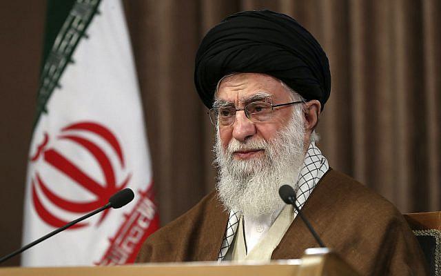 Sur cette photo publiée par le site officiel du bureau du leader suprême iranien, le guide suprême l'ayatollah Ali Khamenei s'adressant dans un discours télévisé marquant le Quds annuel, ou le jour de Jérusalem, à Téhéran, Iran, vendredi 22 mai 2020. (Bureau du Guide suprême iranien via AP)