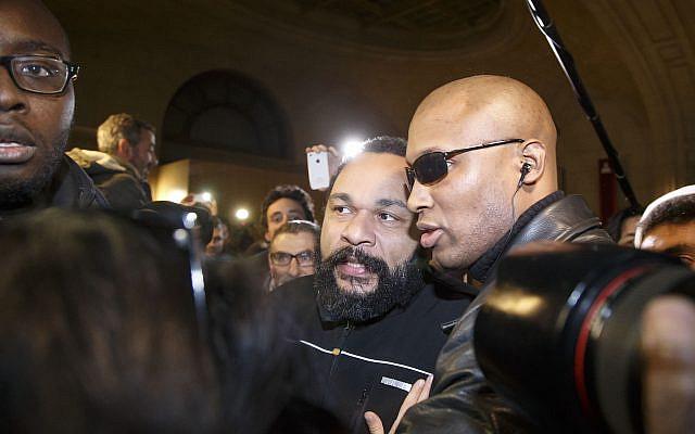 Dieudonné M'Bala M'Bala quittant le palais de justice de Paris le mercredi 4 février 2015 (Photo AP / Michel Euler)