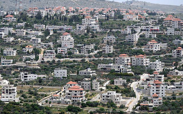 Vue générale de la ville palestinienne d'Ein Yabrud et du village juif voisin d'Ofra (au sommet de la colline), vue depuis le village Beit El le 1er mai 2019. Photo de Gili Yaari / Flash90