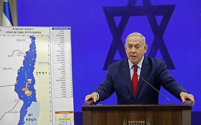 Le Premier ministre Benjamin Netanyahu s'exprime devant une carte de la vallée du Jourdain alors qu'il promet d'y étendre la souveraineté israélienne ainsi que dans la zone nord de la mer Morte à Ramat Gan, le 10 septembre 2019. (Crédit : Menahem KAHANA / AFP)
