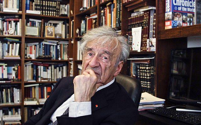 Elie Wiesel dans son bureau à New York, le 12 septembre 2012. (Photo AP / Bebeto Matthews)