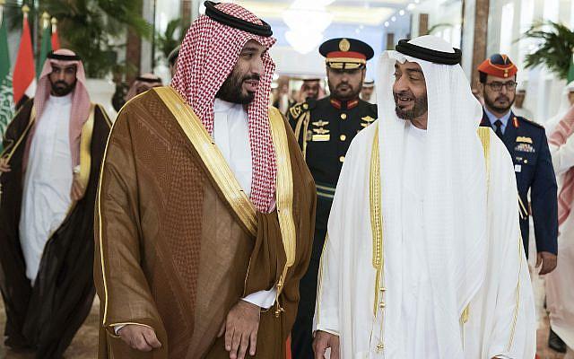 Photo publiée par le ministère des Affaires présidentielles, le prince héritier d'Abou Dhabi Mohammed bin Zayed Al Nahyan, à droite, rencontre le prince héritier saoudien Mohammed bin Salman à Abu Dhabi, aux Émirats arabes unis. Le prince héritier saoudien est aux Émirats arabes unis pour des pourparlers qui devraient se concentrer sur la guerre au Yémen et les tensions avec l'Iran, le mercredi 27 novembre 2019. (Hamad Al Kaabi / Ministère des affaires présidentielles via AP)