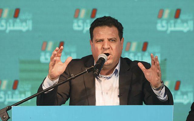 Ayman Odeh, leader de la Liste commune, prenant la parole après les premiers scrutins de sortie des élections israéliennes à Shefa-Amr, Israël, lundi 2 mars 2020. (AP Photo / Mahmoud Illean)