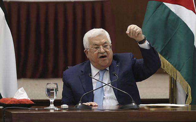 Le président palestinien Mahmoud Abbas dirigeant une réunion de direction à son siège, à Ramallah, en Cisjordanie, mardi 19 mai 2020. (Alaa Badarneh / Photo de la piscine via AP)
