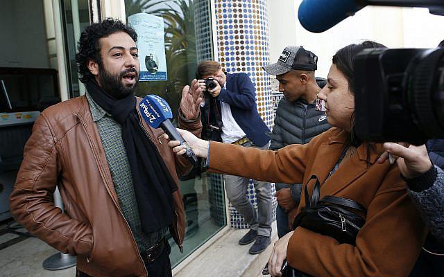Le journaliste et activiste Omar Radi s'adressant aux médias après son audition au palais de justice de Casablanca, à Casablanca, au Maroc. Amnesty International affirme qu'un logiciel sophistiqué de surveillance téléphonique semble avoir été utilisé pour espionner le journaliste-activiste Omar Radi au Maroc, dans le cadre d'une répression continue de la dissidence dans le royaume nord-africain, le 5 mars 2020 (Photo AP / Abdeljalil Bounhar, dossier)