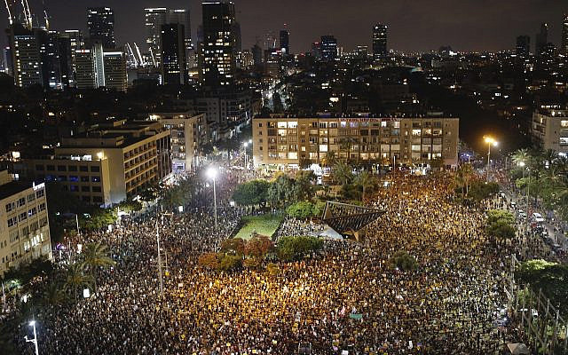Manifestation contre le gouvernement israélien sur la place Rabin à Tel Aviv, Israël, samedi 11 juillet 2020. Des milliers d'Israéliens se sont réunis samedi pour protester contre l'incapacité du nouveau gouvernement à résoudre les problèmes économiques provoqués par le coronavirus, dirigeant leur colère contre Prime Le ministre Benjamin Netanyahu qui voit son soutien s'effondrer. (Photo AP / Ariel Schalit)