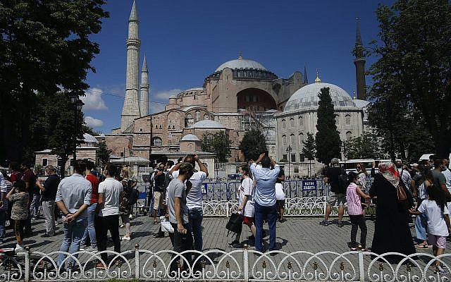 Le 11 juillet 2020, le président turc Recep Tayyip Erdogan a officiellement reconverti Sainte-Sophie en mosquée et l'a déclarée ouverte pour le culte musulman, quelques heures après que la Cour Suprême ait annulé une décision de 1934 qui avait fait du monument religieux un musée. Cette décision a suscité une profonde consternation parmi les chrétiens orthodoxes. À l'origine une cathédrale, Sainte-Sophie a été transformée en mosquée après la conquête d'Istanbul par l'Empire ottoman, mais était un musée depuis 86 ans, attirant des millions de touristes chaque année. (Photo AP / Emrah Gurel)