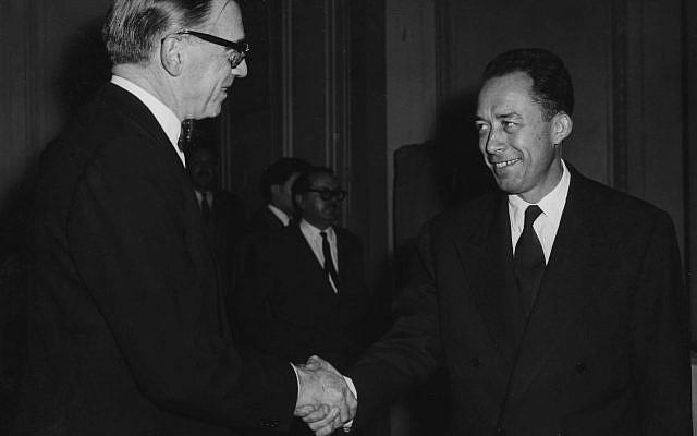 L'ambassadeur de Suède en France, Ragnar Kumlin, à gauche, félicite l'écrivain français Albert Camus, après avoir été déclaré lauréat du prix Nobel de littérature, chez les éditeurs de livres Gallimard à Paris, France, le 17 octobre 1957. (AP Photo / Godot)