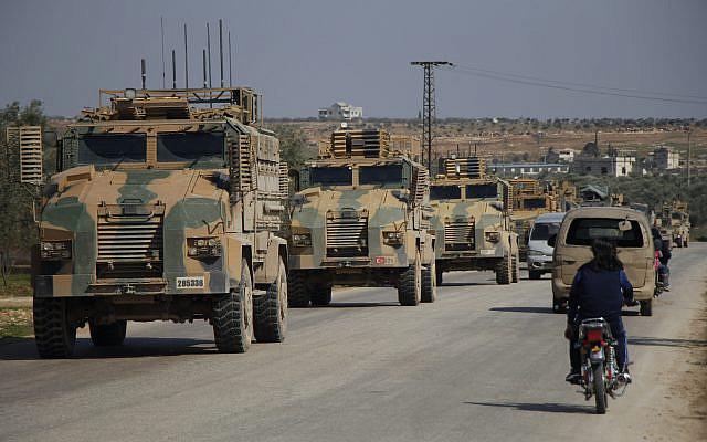 Un convoi militaire turc de véhicules blindés traverse le village syrien de Ram Hamdan, au nord de la ville d'Idlib, le 25 février 2020. Photo d'Ali Syria / Flash90