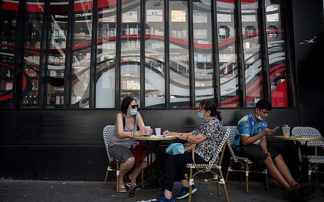Des Israéliens portant des masques, assis dans un café à Tel Aviv, le 08 juillet 2020. Photo de Miriam Alster / FLASH90