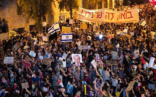 Des manifestants protestant contre le Premier ministre israélien Benjamin Netanyahu devant sa résidence à Jérusalem le 23 juillet 2020. Photo de Yonatan Sindel / Flash90