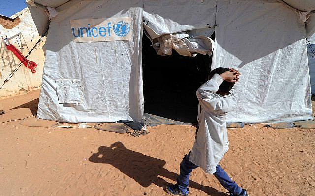 Un garçon sahraoui passant devant une tente de l'UNICEF dans le camp de réfugiés de Smara près de Tindouf, dans le sud-ouest de l'Algérie, le vendredi 4 mars 2016. Photo AP / Toukik Doudou.