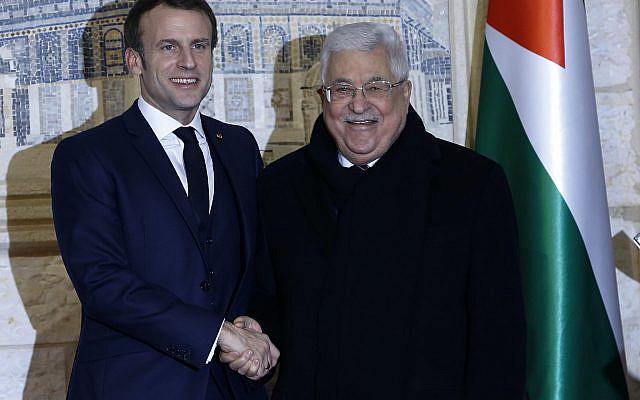 Le président français Emmanuel Macron, à gauche, et le président palestinien Mahmoud Abbas se rencontrant à Ramallah, en Cisjordanie. Mercredi 22 janvier 2020 (AP Photo / Majdi Mohammed)