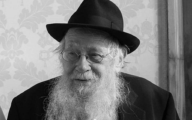 Photo d'archive du 5 décembre 2016, le rabbin Adin Steinsaltz est photographié alors qu'il rencontrait le pape François au Vatican. Adin Steinsaltz, un érudit juif qui a passé 45 ans à compiler une traduction monumentale et révolutionnaire du Talmud. (L'Osservatore Romano / Pool Photo via AP, File)