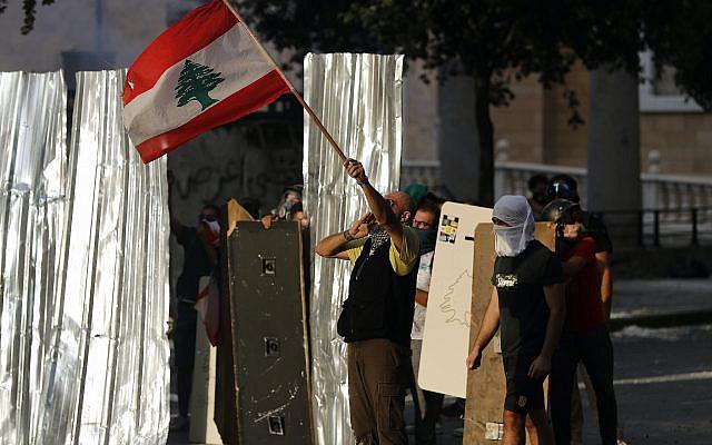 Des manifestants anti-gouvernementaux affrontant la police anti-émeute lors d'une manifestation contre les élites politiques et le gouvernement, à Beyrouth, au Liban, le samedi 8 août 2020. (Photo AP / Hussein Malla)