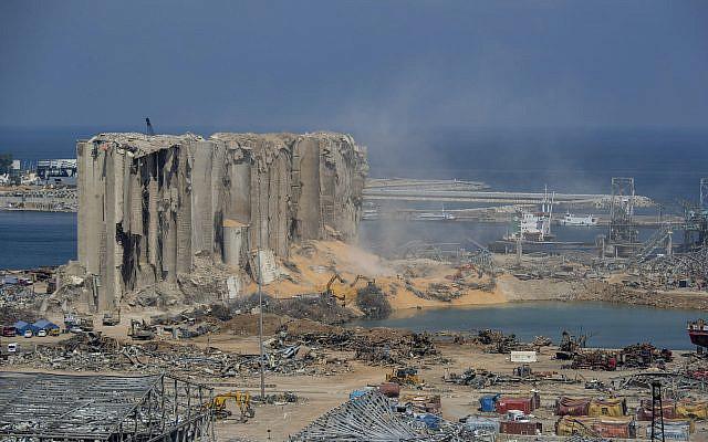 Des équipes de secours recherchant des personnes disparues sur le site de l'explosion du 4 août qui a tué plus de 170 personnes, blessé des milliers de personnes et causé des destructions massives, à Beyrouth, au Liban, le vendredi 14 août 2020 (Crédit: AP Photo / Hassan Ammar)