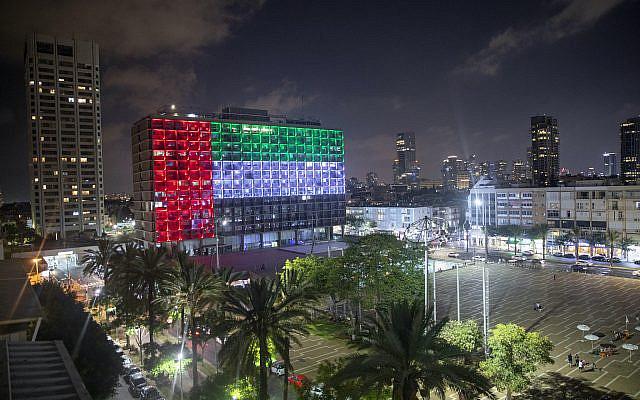 Photo d'archive du jeudi 13 août 2020, la mairie de Tel Aviv est illuminée du drapeau des Émirats arabes unis alors que les Émirats arabes unis et Israël ont annoncé qu'ils établiraient des relations diplomatiques complètes, à Tel Aviv, en Israël. Le dimanche 16 août 2020, le service téléphonique entre les Émirats arabes unis et Israël a commencé alors que les deux pays ouvraient des relations diplomatiques. (Photo AP / Oded Balilty, fichier)