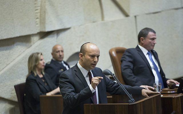 Le ministre israélien de l'Éducation Naftali Bennett prenant la parole lors d'une cérémonie commémorative marquant le 21e anniversaire de l'assassinat de l'ancien Premier ministre israélien Yitzhak Rabin, au parlement israélien le 13 novembre 2016. Photo de Miriam Alster / FLASH90
