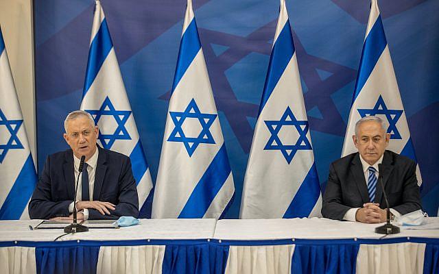 Le Premier ministre israélien Benjamin Netanyahu et le Premier ministre suppléant et ministre de la Défense Benny Gantz tenant une conférence de presse à Tel Aviv le 27 juillet 2020. Photo de Tal Shahar / POOL
