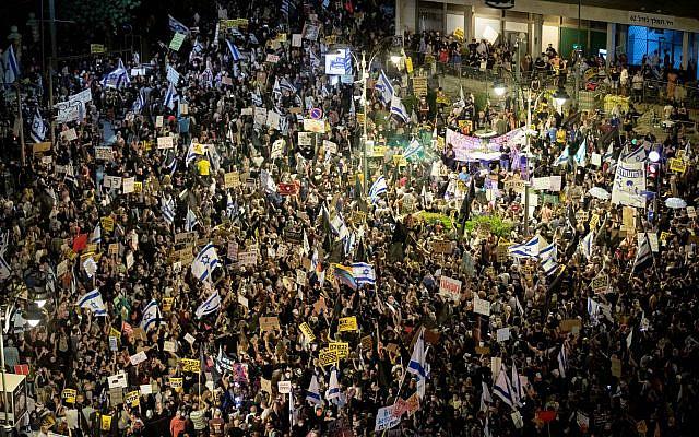 Les Israéliens manifestant contre le Premier ministre israélien Benjamin Netanyahu devant la résidence officielle du Premier ministre Netanyahu à Jérusalem le 1er août 2020. Photo de Yonatan Sindel / Flash90