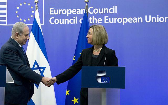 La haute représentante de l'Union européenne, Federica Mogherini, à droite, serrant la main du Premier ministre israélien Benjamin Netanyahu après avoir participé à une conférence de presse au bâtiment du Conseil de l'UE à Bruxelles le lundi 11 décembre 2017 (Crédit: AP Photo / Virginia Mayo)