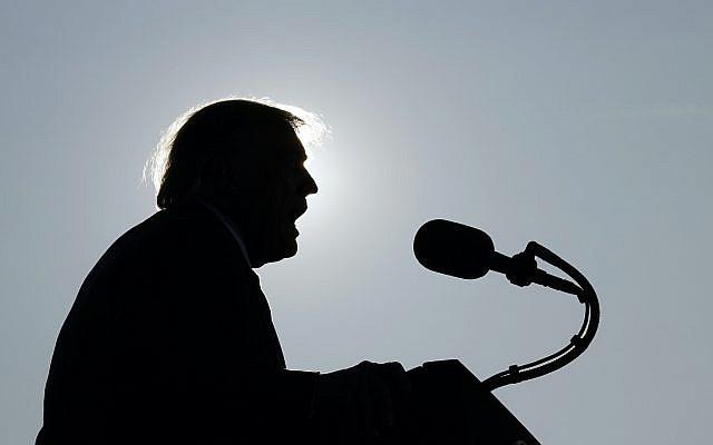 Le président Donald Trump prenant la parole lors d'un rassemblement électoral à l'aéroport international de Dayton, le lundi 21 septembre 2020, à Dayton, Ohio. (Photo AP / Alex Brandon)